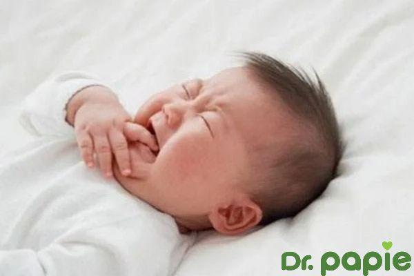 5 sai lầm khi vẹ sinh lưỡi cho bé khiến bé quấy khóc
