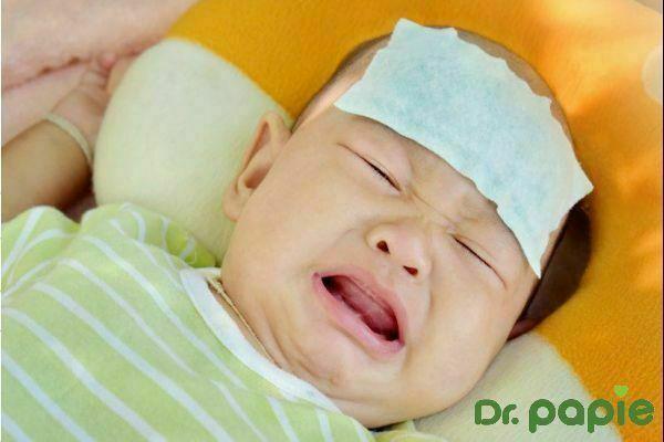 Trẻ dùng miếng dán hạ sốt