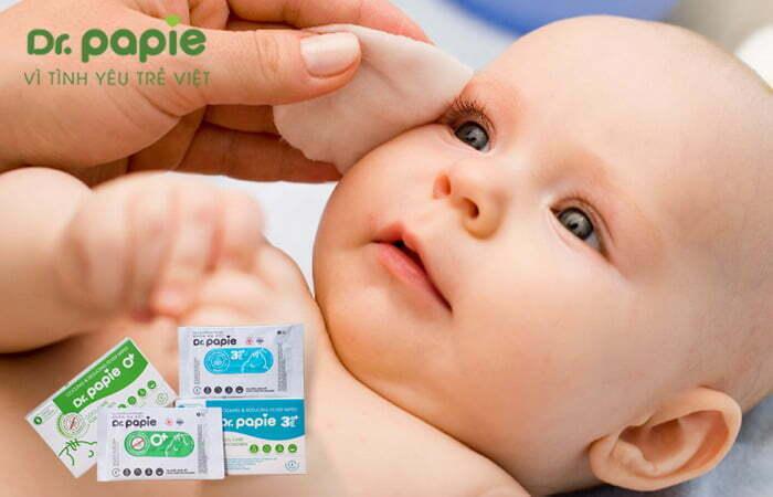 Hạ sốt cho trẻ bằng khăn hạ sốt