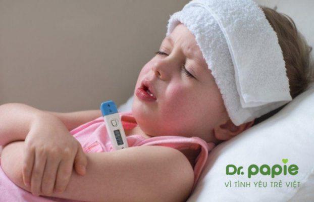 trẻ sốt phát ban ngủ li bì