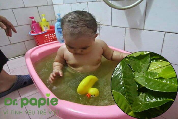 tắm cho trẻ bị hăm tã mùa đông bằng nước lá trà xanh