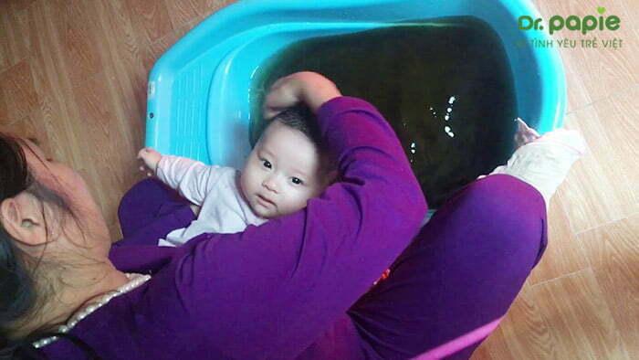 tắm cho trẻ bằng nước thảo dược