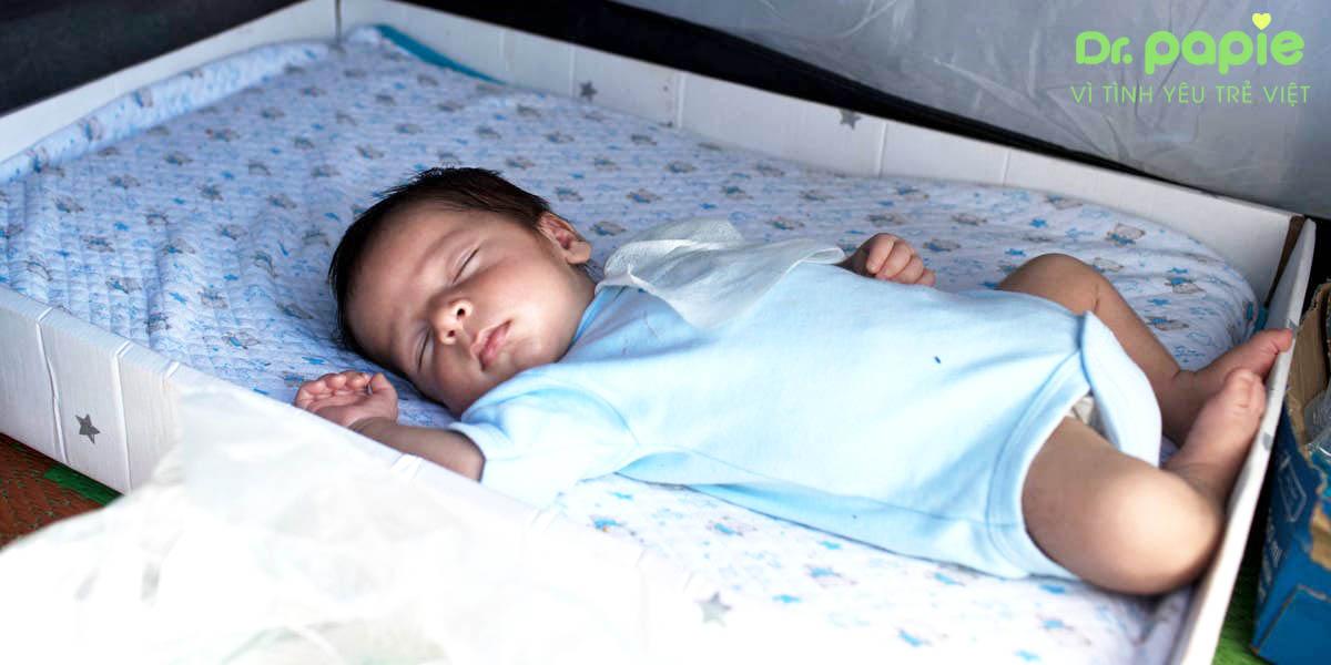cho trẻ nghỉ ngơi, trong phòng thoáng mát khi điều trị sốt siêu vi cho trẻ