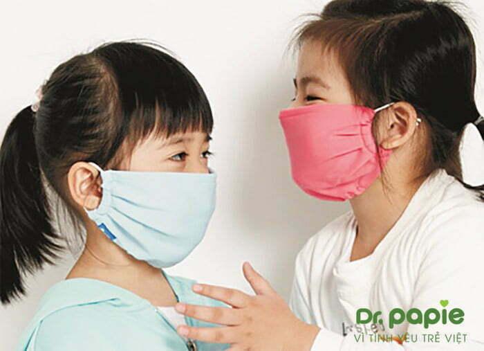 Đeo khẩu trang để phòng ngừa sốt siêu vi ở trẻ em