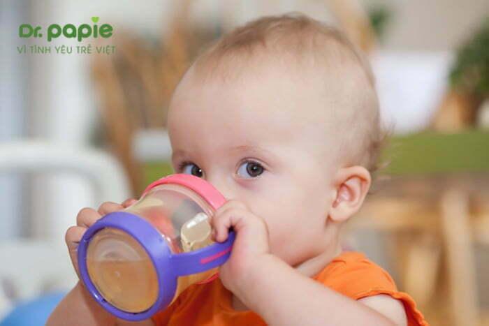Bổ sung nhiều nước cho trẻ sốt mọc răng kèm chân tay lạnh