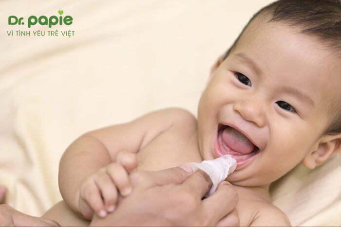Rơ lưỡi cho trẻ sơ sinh bị trắng lưỡi
