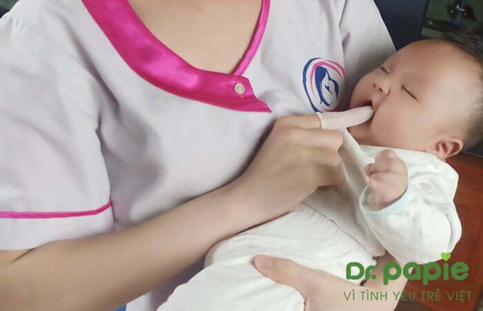 cách rơ lưỡi cho trẻ sơ sinh
