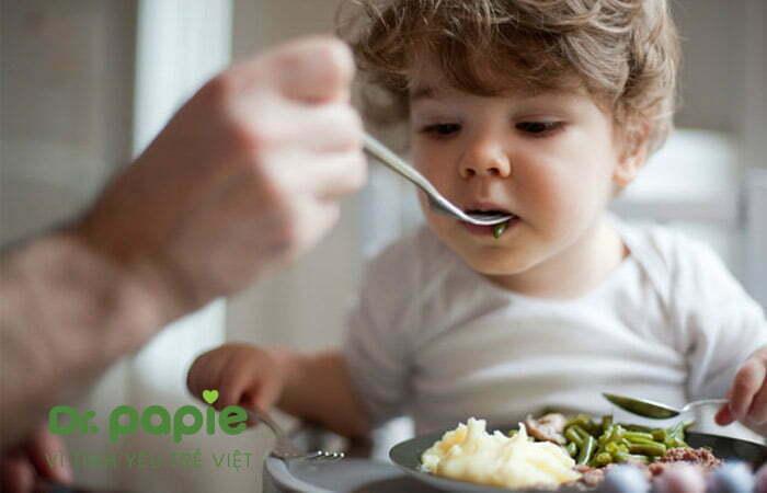 Cho trẻ ăn