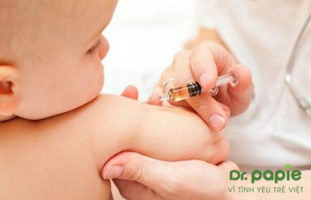 trẻ tiêm phòng bị sốt phải làm sao