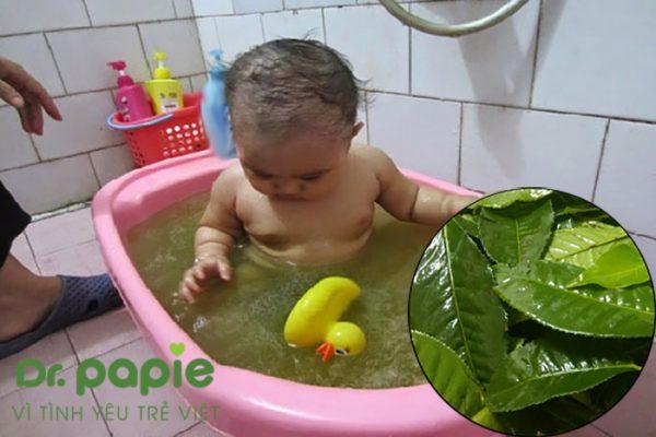 trẻ sơ sinh bị rôm sảy tắm lá gì