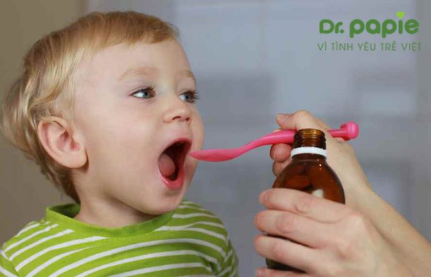 Trẻ sốt phát ban uống thuốc gì