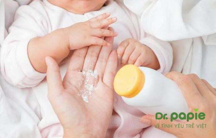 Cho trẻ dùng phấn rôm
