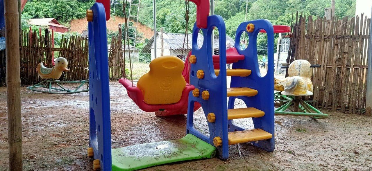 Cả trường chỉ có 1 cầu trượt để chơi mà mưa gió bẩn
