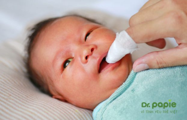 rơ lưỡi cho trẻ sơ sinh bằng thuốc