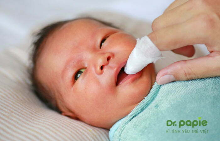 Rơ lưỡi cho trẻ bị nấm lưỡi
