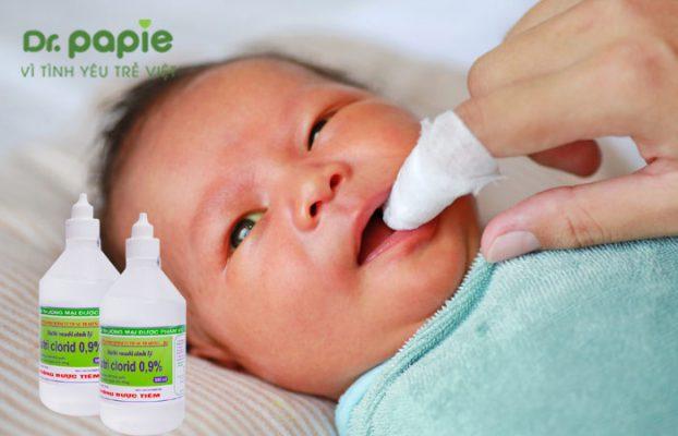 cách rơ lưỡi cho bé bằng nước muối sinh lý