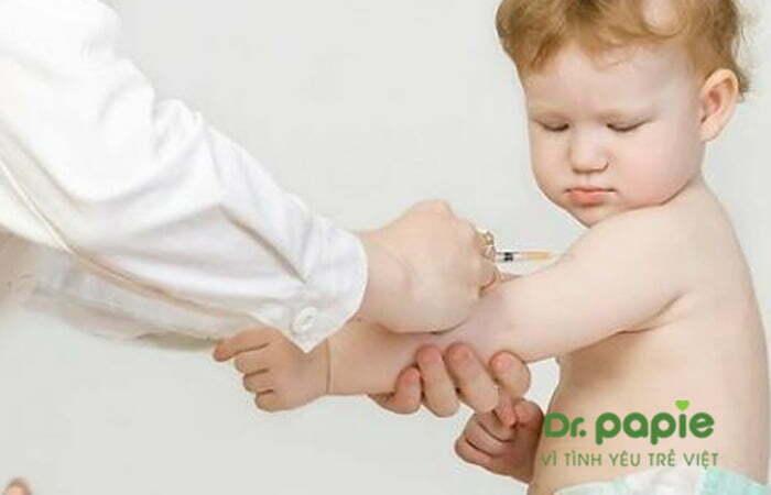 Tiêm vacxin phòng sởi cho trẻ