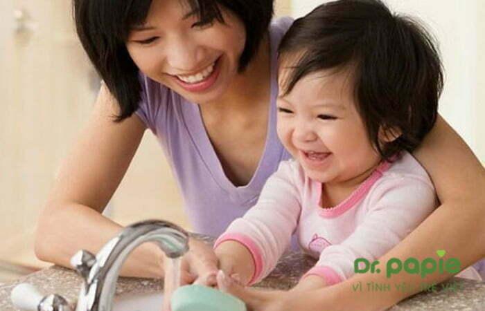 Hướng dẫn trẻ rửa tay trước khi ăn để phòng nấm lưỡi