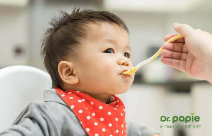 Cho trẻ bị nấm lưỡi ăn cháo, thức ăn mềm