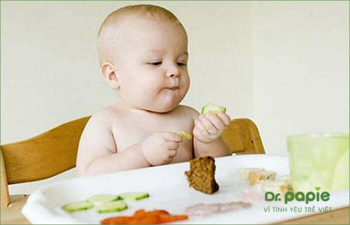 Trẻ đang ăn