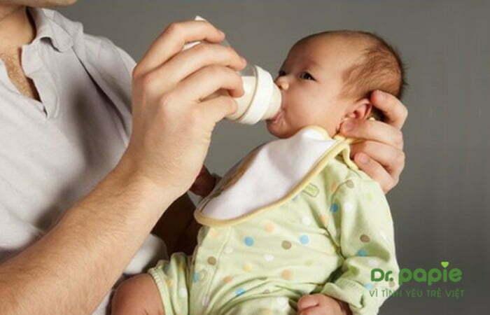 Buộc một chiếc khăn mỏng tránh sữa dính vào cổ trẻ
