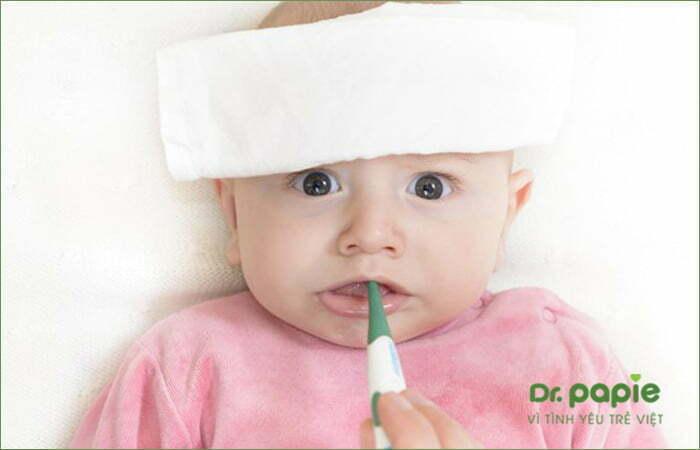 Chườm ấm cho trẻ sốt mọc răng chân tay lạnh