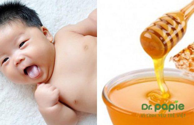cách rơ lưỡi cho bé bằng mật ong