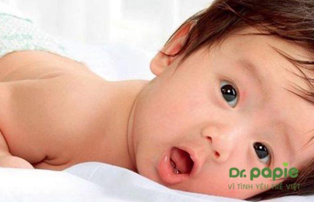bé mọc răng cấm bị sốt