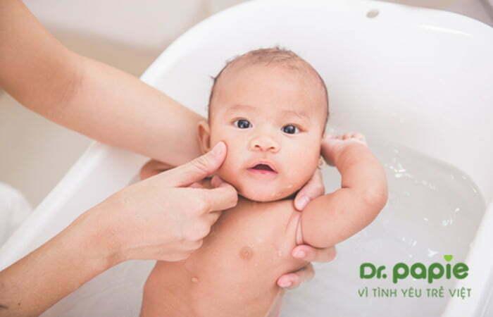 Tắm cho trẻ bị viêm da cơ địa bằng lá nước tắm thảo dược