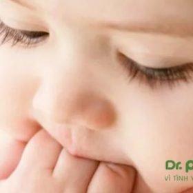 trẻ sốt mọc răng hàm