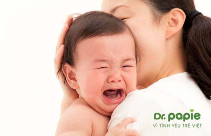 Trẻ quấy khóc do sốt mọc răng