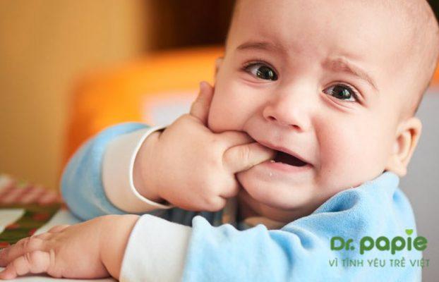 bé mọc răng sốt về đêm