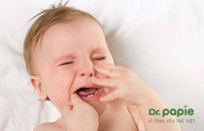 trẻ sốt quấy khóc khi mọc răng