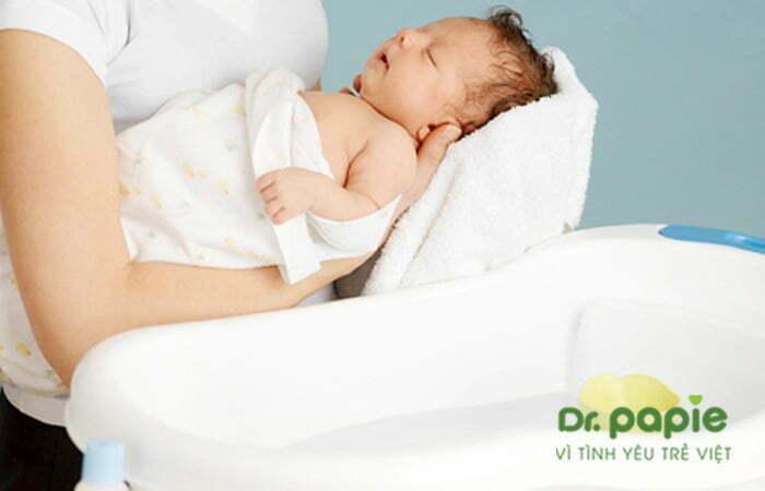 Tắm cho trẻ phát ban sau sốt