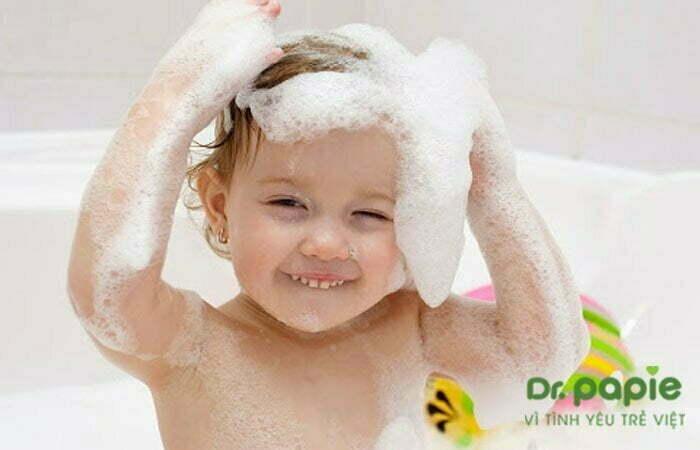 Tắm sữa tắm tạo bọt cho bé