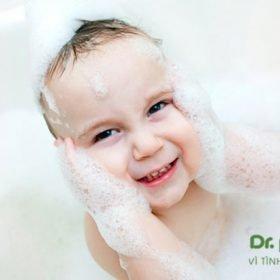 sữa tắm tạo bọt cho bé