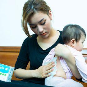 Bé sốt mọc răng thường sốt nhẹ nên mẹ chỉ cần dùng khăn Dr.Papie lau chườm 1 lúc là bé hạ sốt rồi
