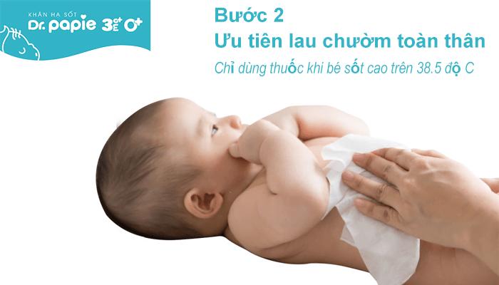Mẹ nên ưu tiên lau chườm toàn thân hạ sốt cho bé, chỉ sử dụng thuốc khi bé sốt cao trên 38.5 độ C