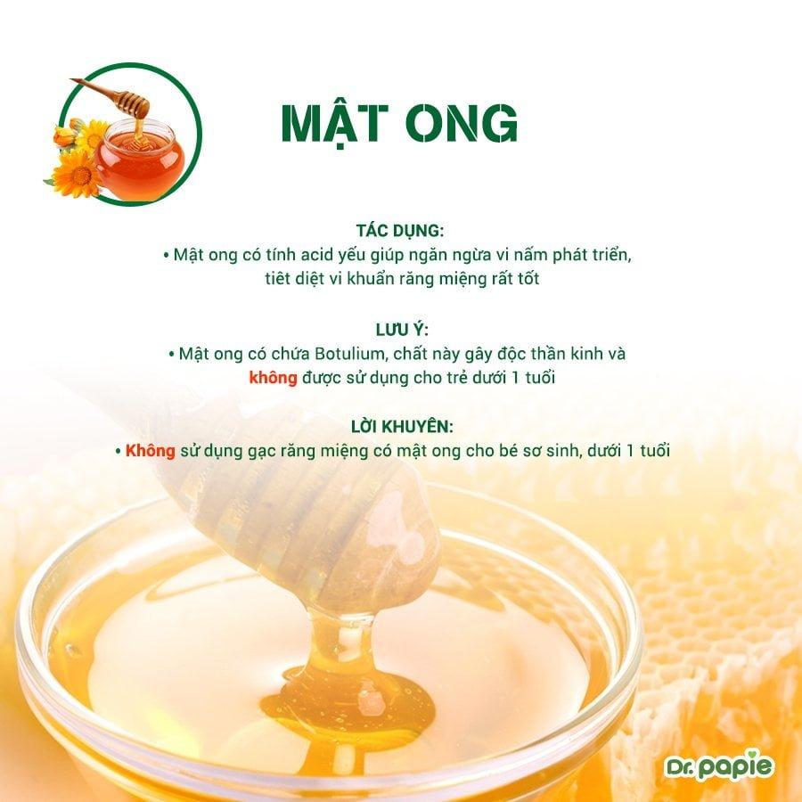 Mẹ không sử dụng gạc có chứa Mật ong cho bé dưới 1 tuổi vì có độc tố a